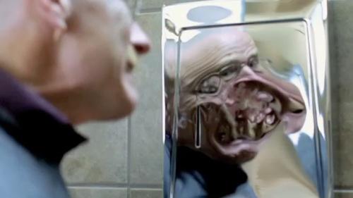 Breaking Bad, cena de Walter White confrontando seu reflexo deformado.