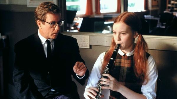 Mr. Holland ensina a uma aluna a tocar clarinete