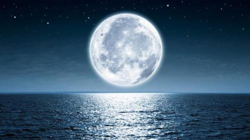 A Lua sobre o mar.