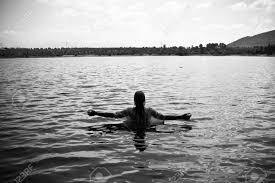 Emergindo das águas